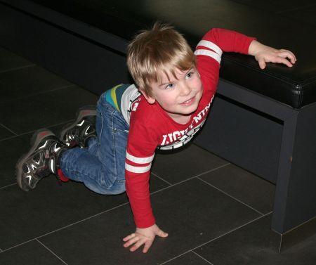 Nun ging ihm langsam die Energie aus...und er hampelte etwas neben der Sitzbank :)